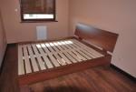 Łóżko na nogach w kolorze orzech caravagio