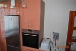 kuchnia lakierowana  z laminatem na scianie w kolorze blatu