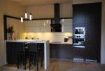kuchnia fornir wenge + nowość uchwyty krawedziowe w kolorze frontu + górne szafki lakier wysoki połysk + laminat na ściane w kolorze blatu kuchennego