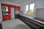 kuchnia dolne fronty Magura Kora Braz blat lupus czerwone fronty to lakier a na scianie laminat lupus zamiast kafelek